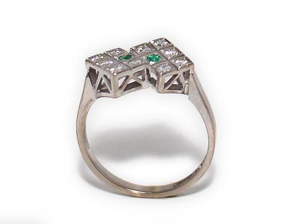 Ring 18k vitguld med diamanter och smaragder GC8802 Guldring med 10st.  diamanter och 2st smaragder formade i en unik design. Artikelnr  GC8802 ddc50cea9a799